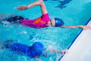 Quais são os cuidados necessários com os ouvidos durante a natação?